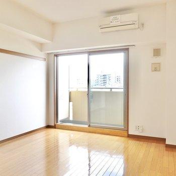 洋室は約9.5帖。窓辺にベッド、窓の右手にテレビが置けそう。(※写真は4階の同間取り別部屋のものです)