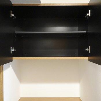上段は下段より少しコンパクト。間には鍵置き場やウェルカムボードなど置けそうなスペースが。(※写真は4階の同間取り別部屋のものです)