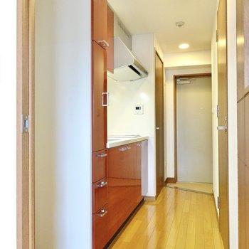 ドアを開けると、真っ赤なキッチンが!(※写真は4階の同間取り別部屋のものです)