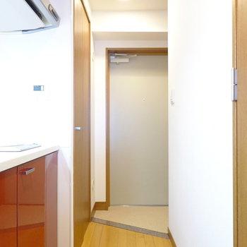 お部屋の最後は玄関を。左手に収納がありますね。(※写真は4階の同間取り別部屋のものです)
