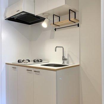 清潔感あるホワイトのキッチン。