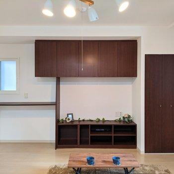【LDK】棚には、本や雑誌など収納できます。※家具はサンプルです
