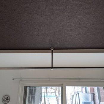 【洋室】物干し竿が室内にあります。