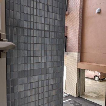 【LDK】リビング窓の正面は隣の建物になります。