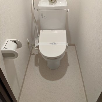 落ち着ける広さのトイレ。温水便座付きです。
