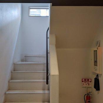 共用の階段は屋内にあるので天気の影響を受けにくいです。