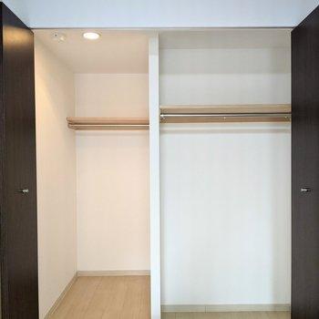 【洋室】ウォークインタイプなのでしっかり奥行きがあります。大きな家具も収納できちゃいますね。