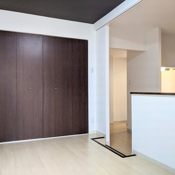 【洋室】こちらのお部屋は小上がりになっています。