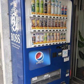 エントランス前に自動販売機があるので便利です。