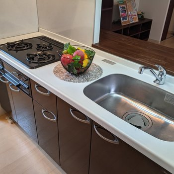 【LDK】システムキッチンなのですぐに料理をすることができます。※家具はサンプルです