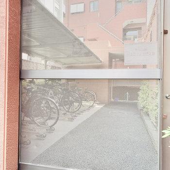駐輪場には鍵付きの扉が付いてます。