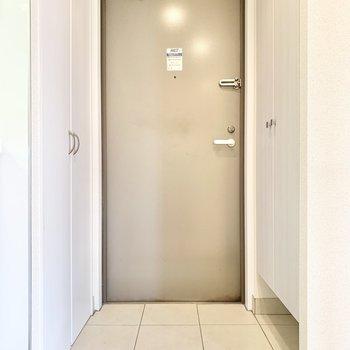 玄関はシンプルな雰囲気。※写真はクリーニング前です