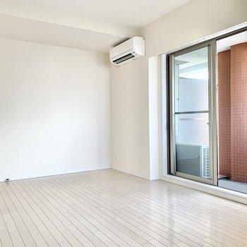 窓は西向き、お部屋の中は明るいですよ。※写真はクリーニング前です
