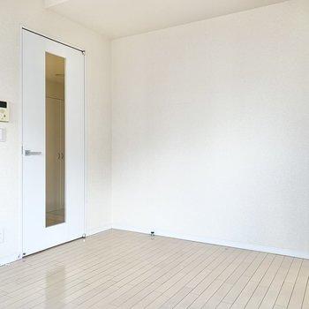白色を基調とした内装です。※写真はクリーニング前です
