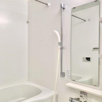 白で爽やかな雰囲気のバスルーム。※写真はクリーニング前です