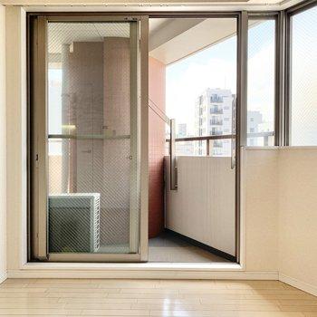 お部屋は7階なので、窓からは空が見えます。※写真はクリーニング前です