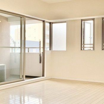 窓は2面採光、風通し良好です。