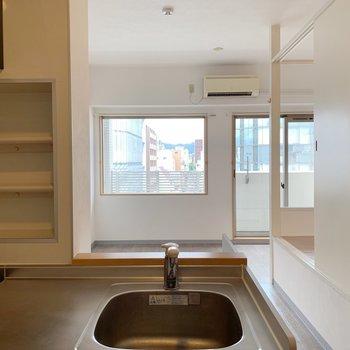 キッチンから窓がみえるのっていいですよね。(※写真は8階の同間取り別部屋のものです)