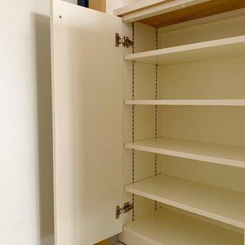 シューズボックスも広々。上には小物をおいてもよさそう。(※写真は8階の同間取り別部屋のものです)