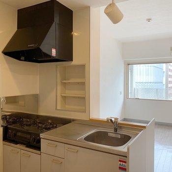 キッチンはコンパクトめですが・・(※写真は8階の同間取り別部屋のものです)