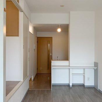 色合いのバランスがとれてる、ナチュラルなお部屋。照明もかわいい。(※写真は8階の同間取り別部屋のものです)