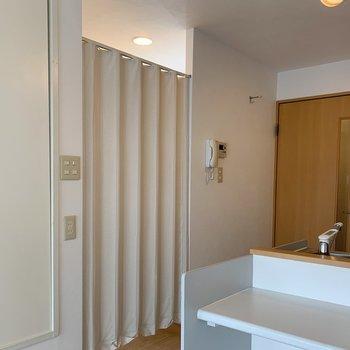 脱衣所とキッチンスペースはこうやってわけられてます。(※写真は8階の同間取り別部屋のものです)