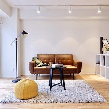 窓前にはソファやテレビを置いてゆったり。ライティングレールに照らされる空間です。