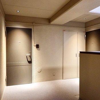 玄関前共用部。ホテルライクな空間です。