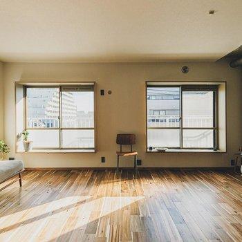 【LDK】2つの窓の中央部分にエアコン設置済みです!※家具はサンプルになります