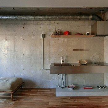 【LDK】コンクリに溶け込むスタイリッシュキッチン。設備もgoodです。