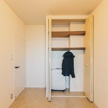【洋室】クローゼットは、キャリーケースも収納できるほどのサイズ。