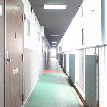 【共用部】エレベーターを降りて左へ進むとお部屋です。