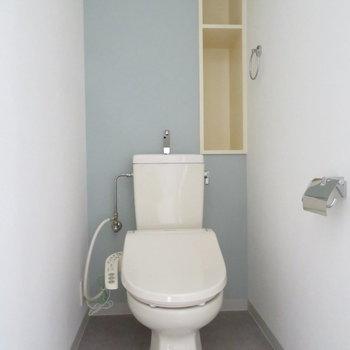 トイレは温水洗浄便座付き。スカイブルーの壁紙が綺麗です