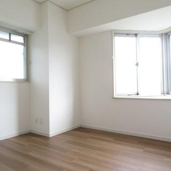 洋室も二面採光です