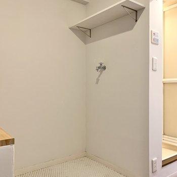 洗濯機置き場の反対側に、