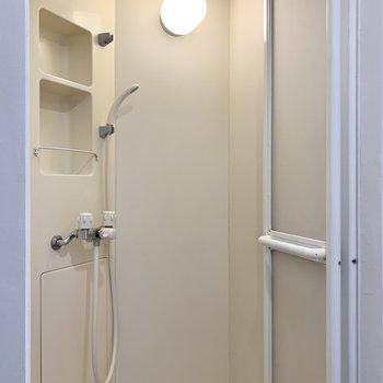シャワールームが。便利なシャンプーホルダーもしっかりあります。
