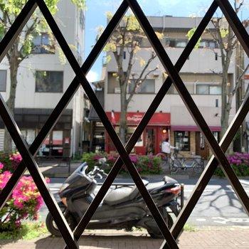 洋室の窓からの眺望は道路。窓は型板ガラスなので、閉めれば目線対策ができます。