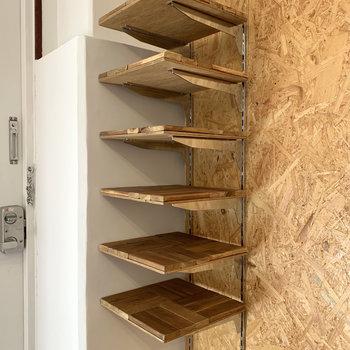 可愛らしい可動式の棚も。靴や小物を並べちゃいましょう。
