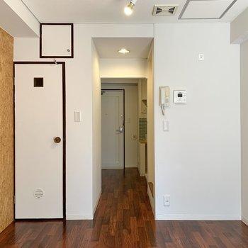 玄関・キッチンとはゆるくスペースが分かれています。