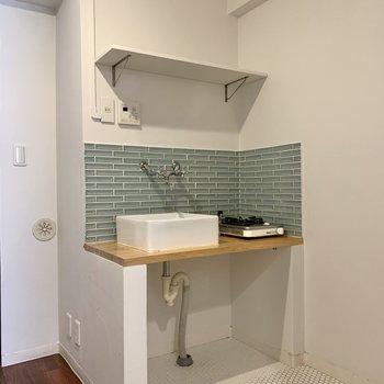 キッチン。ミントグリーンのタイルが爽やか。