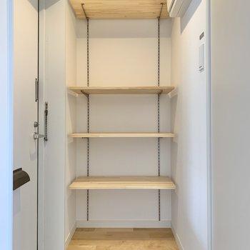 可動式の棚なので、サイズや種類問わず靴を置けますよ。
