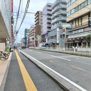 駅までの大通り沿いには、スーパーや飲食店などが立ち並びます。