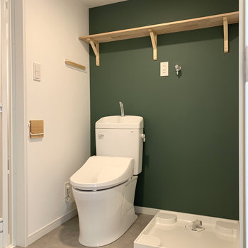 脱衣スペースにはトイレと洗濯機置き場が。こちらもグリーンがアクセント。