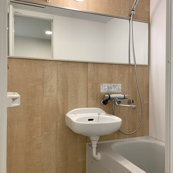 大きめのシャワーヘッドと鏡が嬉しいポイント。
