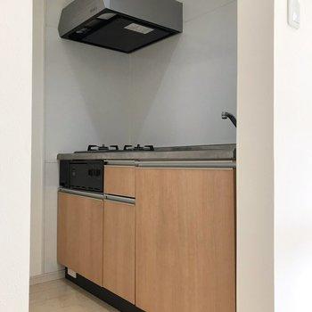 キッチンは独立したスペースに。入り口を布で目隠ししてもいいなぁ(※写真は1階の同間取り別部屋、清掃前のものです)