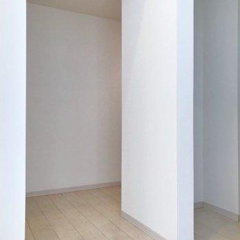 玄関はカクっと(※写真は1階の同間取り別部屋、清掃前のものです)