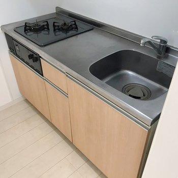 作業スペース広々、グリル付きで効率よくお料理(※写真は1階の同間取り別部屋、清掃前のものです)