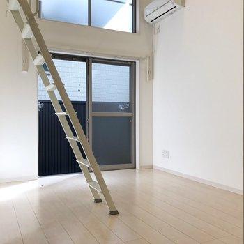 窓の外は建物だけど、光は入ります(※写真は1階の同間取り別部屋、清掃前のものです)