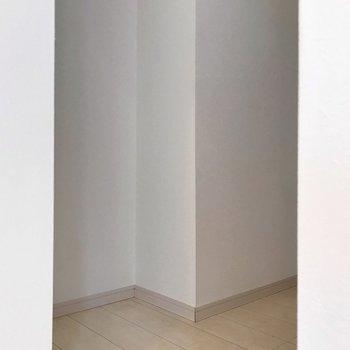 裏に冷蔵庫置けます(※写真は1階の同間取り別部屋、清掃前のものです)