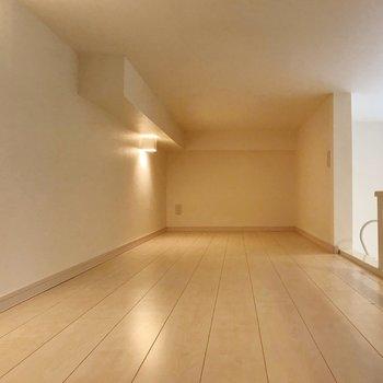 照明もありますよ(※写真は1階の同間取り別部屋、清掃前のものです)